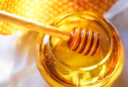 Мед с деревянной ложкой