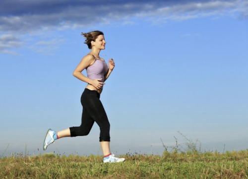 Женщина занимается бегом