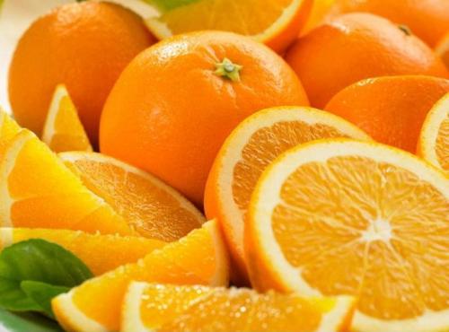 Апельсины, нарезанные дольками