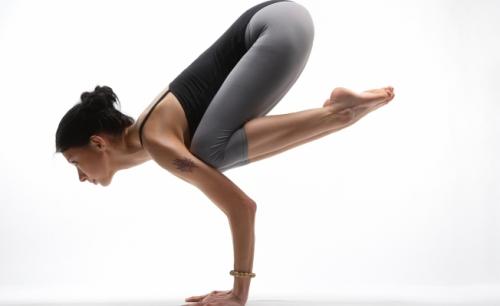 Асана из Аштанга Виньяса йоги, в исполнении девушки