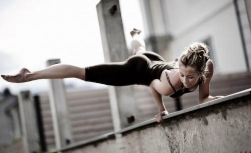 Силовая йога: девушка стоит на руках