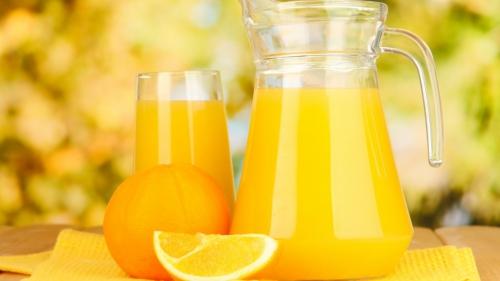 Апельсины и сок в графинах