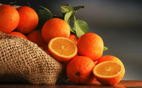 Сок и разрезанный апельсин