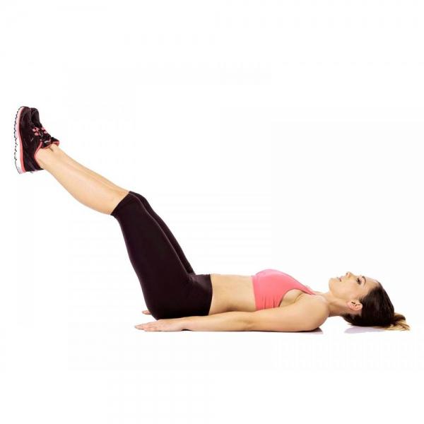 Девушка выполняет упражнение