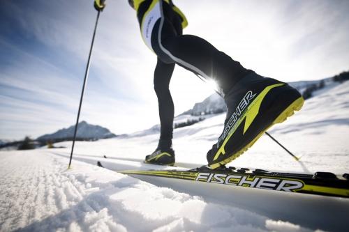 Человек на черно-желтых лыжах