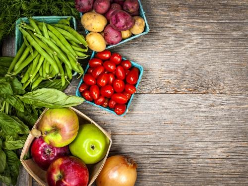Овощи и фрукты на деревянном столе