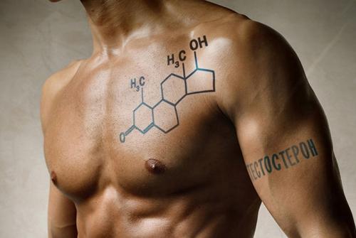 Мужчина с татуировкой тестостерона