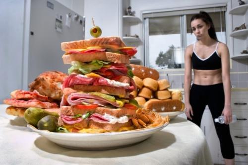 Девушка после тренировки и вредная еда