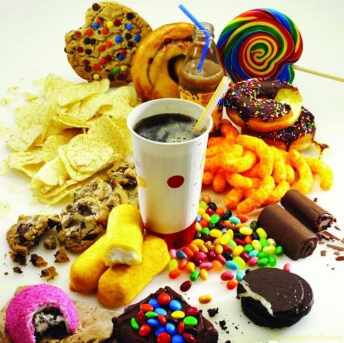 Множество вредной, калорийной пищи