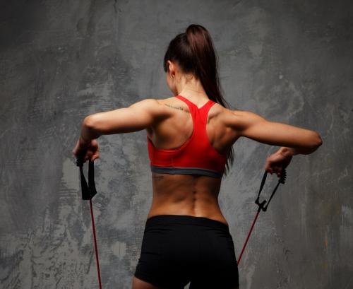 Девушка напрягает спину