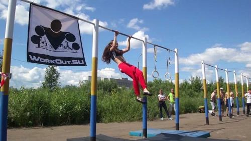Девушка на соревнованиях по воркауту