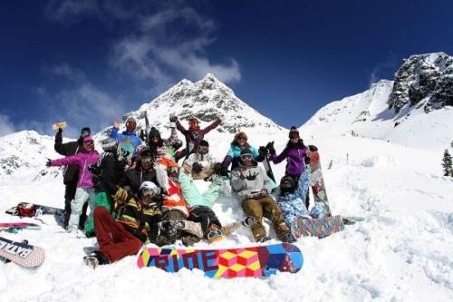 Группа катающихся на сноубордах