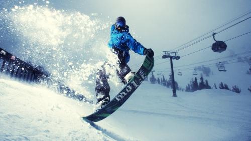 Мужчина катается на сноуборде