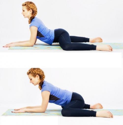Девушка в синем выполняет упражнение на поперечный шпагат