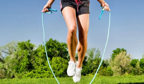 Прыжки на скакалке по траве