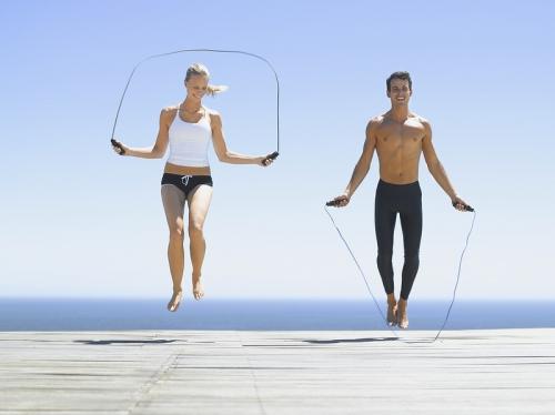 Девушка и парень прыгают на скакалке