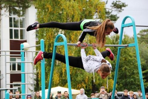 Девушки выполняют упражнения