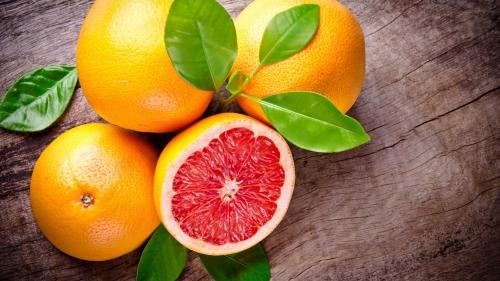 Грейпфрут разрезанный и целый