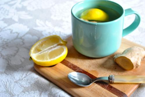 Чай с лимоном и имбирем в бирюзовой чашке
