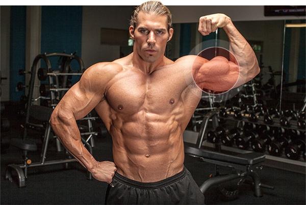 Мужчина с телом атлета