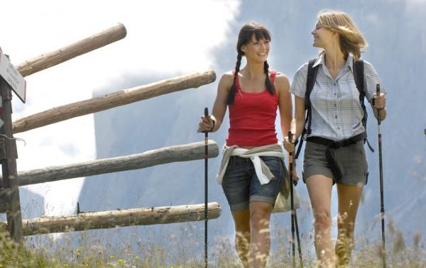Девушки занимаются финской ходьбой