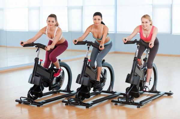Три девушки на велотренажерах
