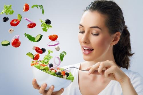 Девушка и салат, заправленный маслом