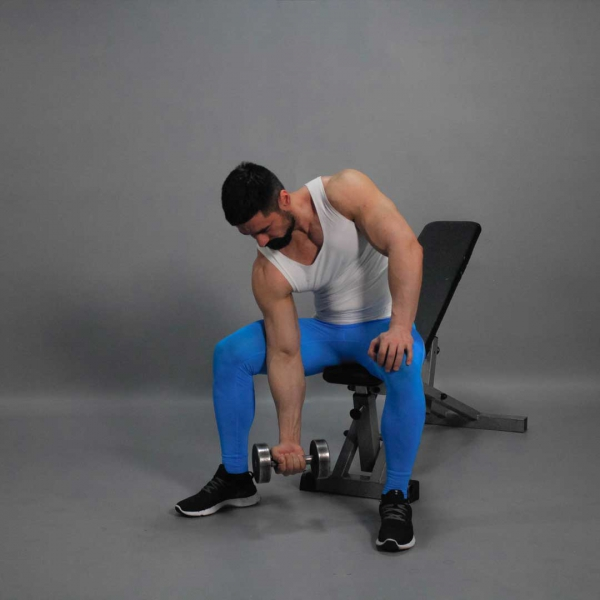 Упражнение в домашних условиях с одной гантелей
