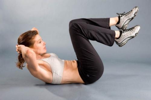 Девушка выполняет сложное упражнение