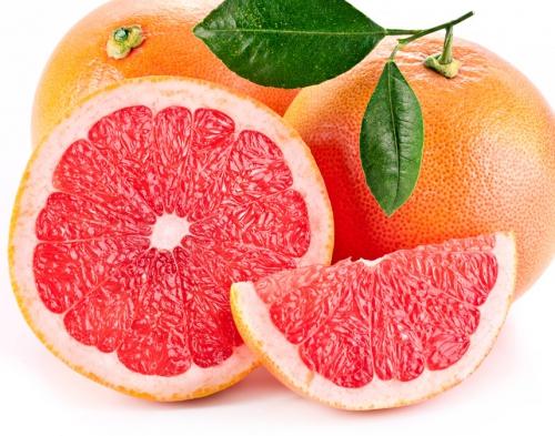 Грейпфрут, разрезанный пополам и долькам