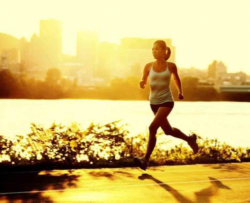Девушка на утренней пробежке по городу