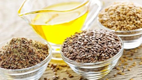 Семена льна и масло в стеклянных мисках